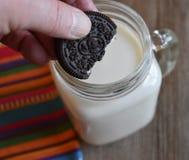 Dunking ciastko w szkle mleko Zdjęcia Stock
