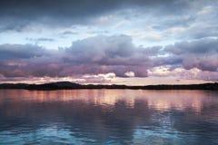 Dunkle Abend Wolken über der Seeküste Lizenzfreie Stockfotografie