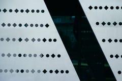Dunkle Aluminiumliste mit Rautenformen Stockfotografie