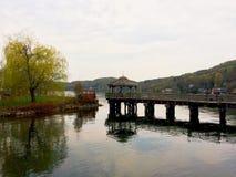 Dunkle Ansicht über See mit Bergen Lizenzfreie Stockfotos