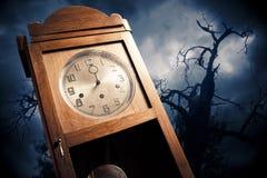 Dunkle antike Borduhr nachts lizenzfreie stockfotografie