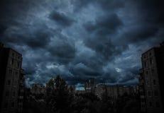 Dunkle apokalyptische Ansicht einer Stadt Stockbilder