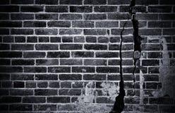 Dunkle Backsteinmauer