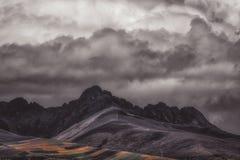 Dunkle Berglandschaft mit hohen Spitzen lizenzfreie stockfotografie