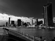 Dunkle bewölkte Stadt Stockfotografie
