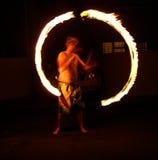 Dunkle Brandflamme der Feuer poi-Nachtkunst Lizenzfreies Stockfoto