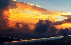 Dunkle Brauengewitter-Wolke an der Dämmerung Stockbilder