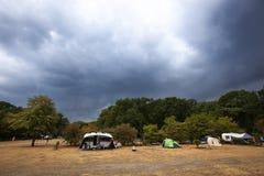 Dunkle drastische Regenwolken, die zum Kampieren kommen stockfoto