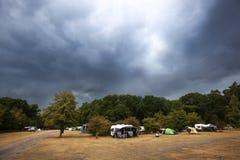Dunkle drastische Regenwolken, die zum Kampieren kommen lizenzfreies stockbild