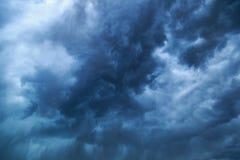 Dunkle drastische Sturm-Wolken stockbilder