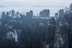 Dunkle Felsen in Bastei stockbild