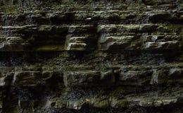 Dunkle Felsenwand in einem alten Tiefbrunnen in den Katakomben Stockfotos