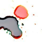 Dunkle flüssige Tropfen auf Weiß Stockfotos