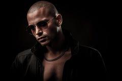 Dunkle Fotos eines mysteryous hübschen jungen Mannes mit Sonnenbrille Lizenzfreies Stockbild