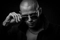 Dunkle Fotos eines mysteryous hübschen jungen Mannes mit Sonnenbrille Stockbild