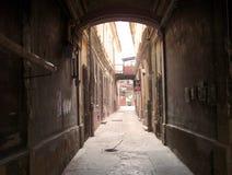 Dunkle Gasse in der alten Stadt Lizenzfreies Stockbild