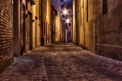 Dunkle Gasse in der alten Stadt stockfotografie