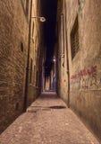 Dunkle Gasse in der alten Stadt Stockfoto