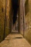 Dunkle Gasse in der alten Stadt stockfotos