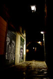 Dunkle Gasse in der Stadt stockbild