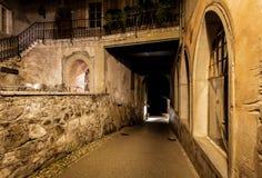 Dunkle Gasse im Chateaula Gruyere Stockfotos
