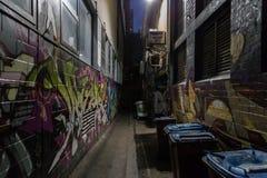 Dunkle Gasse mit Graffiti Lizenzfreie Stockfotografie