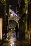 Dunkle Gasse in Venedig mit einem Schattenbild einer Frau Stockbilder