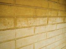 Dunkle gelbe Backsteinmauer und hellgelb Lizenzfreie Stockfotos