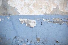 Dunkle Gips-Wand mit schmutzigem weißem Hintergrund Stockbild