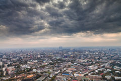 Dunkle graue Herbstwolken unter großer Stadt Stockbild