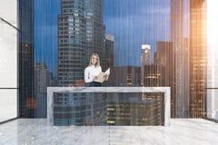 Dunkle hölzerne Aufnahme und blonde Frau, Stadt Lizenzfreie Stockfotos