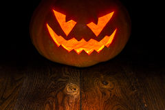 Dunkle helle Kerze Halloween-Kürbises lizenzfreies stockfoto