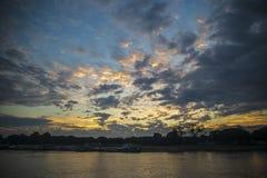 Dunkle Himmelszene des frühen Morgens Stockbild
