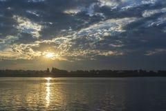 Dunkle Himmelszene des frühen Morgens Stockbilder
