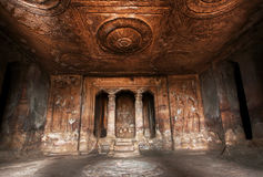 Dunkle historische Halle innerhalb der der des 6. Jahrhunderts hindischen Tempel Höhle, Architekturmarkstein in Aihole, Indien Stockfotografie