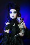 Dunkle Königin mit kleinem Hund Lizenzfreie Stockfotografie
