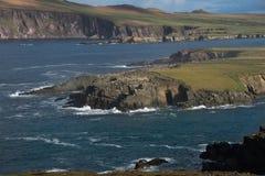 Dunkle Kettenlandschaft mit Meereswogen Lizenzfreies Stockbild