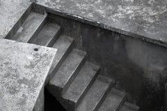 Dunkle konkrete Treppe Lizenzfreies Stockfoto