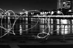 Dunkle Kunst mit heller Malerei nachts stockfoto