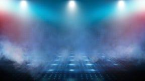 Dunkle leere Szene, blaues Neonscheinwerferlicht, nasser Asphalt stockbild