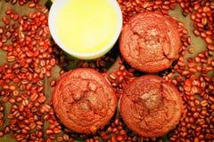 Dunkle Muffins, Tasse Kaffees und Kaffeebohnen auf schwarzem Hintergrund Flaches Design Cafékonzept Stockfotografie