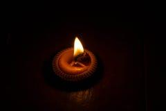 Dunkle Nacht mit der Beleuchtung von Kerzen lizenzfreies stockbild