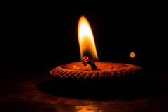 Dunkle Nacht mit der Beleuchtung von Kerzen Lizenzfreies Stockfoto