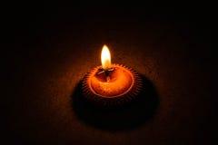 Dunkle Nacht mit der Beleuchtung von Kerzen stockfoto