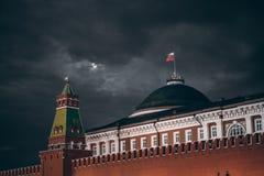 Dunkle Nachtaufnahme des Russen der Kreml: Senatshaube, Turm, Wand stockfoto