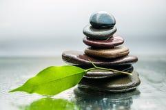 Dunkle oder schwarze Felsen auf Wasser, Hintergrund für Badekurort, entspannen sich oder Wellnesstherapie Lizenzfreie Stockfotos