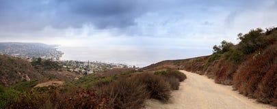 Dunkle Regenwolken über der Küstenlinie des Laguna Beach Stockbild