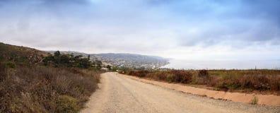 Dunkle Regenwolken über der Küstenlinie des Laguna Beach stockbilder