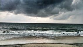 Dunkle Regenwolken über Meer Stockfotografie