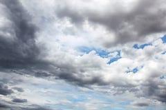 dunkle Regenwolken auf dem Himmel Stockbild